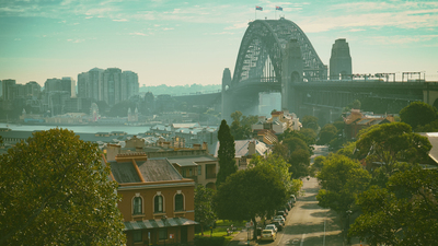MEM SHB Early morning sunlight streams through Sydney's iconic Harbour Bridge. 16x9